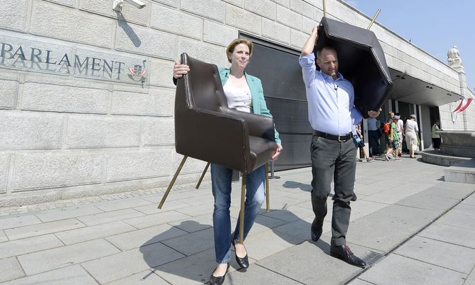 Bereit für den Chefsessel: Beate Meinl-Reisinger (hier im Bild bei einer Neos-Protestaktion gegen politische Postenbesetzungen vor dem Parlament im Juni 2015) dürfte im Juni Matthias Strolz nachfolgen.