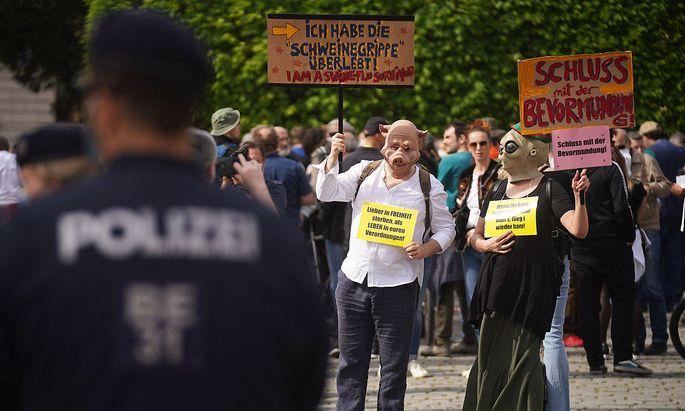 Obwohl die Versammlung untersagt worden war, kamen mehrere Dutzend Demonstranten am 24. April auf den Albertinaplatz.