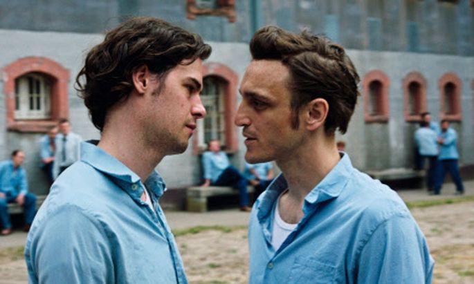 Hans (Franz Rogowski, r.) kommt wegen Männerliebe ins Gefängnis – und liebt dort weiter.