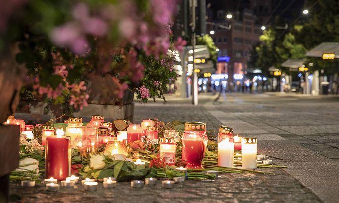 Wuerzburg, Barbarossaplatz, 26.06.2021, Gedenken an die Opfer des Messerattentats Bild: Kerzen und Blumen werden als Ge