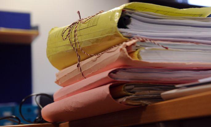 Manche Aktenbände sind bei Gericht eher Aktenstapel.