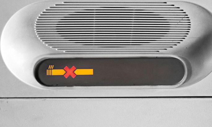 Absolutes Rauchverbot an Bord ist bei Airlines selbstredend. Trotzdem braucht es Zeichen und ausgesprochene Verbote.