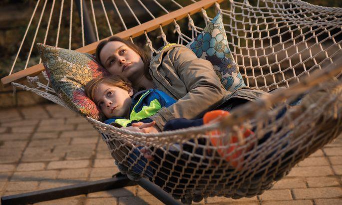 Für Jack – sehr natürlich gespielt von Jacob Tremblay – gibt es kein Draußen, nach dem er sich sehnen könnte, für ihn kommt alles Äußere aus der TV-Zauberkiste. Seine Mutter Joy – mit einem Oscar prämiert: Brie Larson – entwirft für ihn Mythen und Spiele, die seinen Geist wach halten sollen.