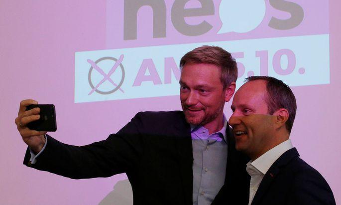 Christian Lindner und Matthias Strolz schießen ein Selfie