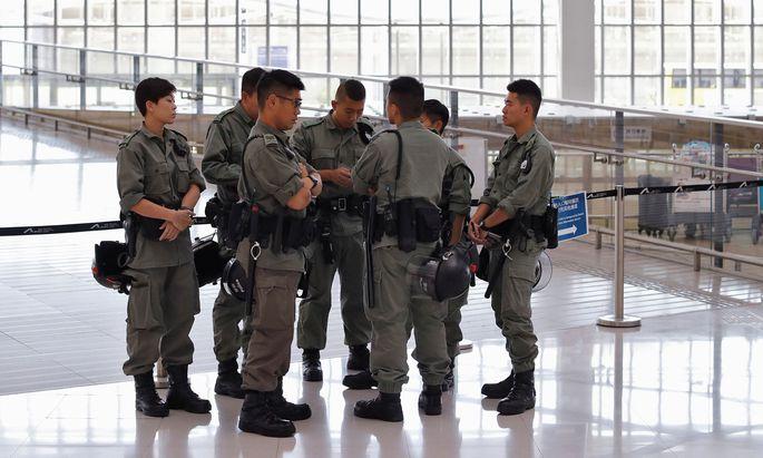 """Polizeibeamte am International Airports in Hong Kong warten auf den """"Stresstest"""""""