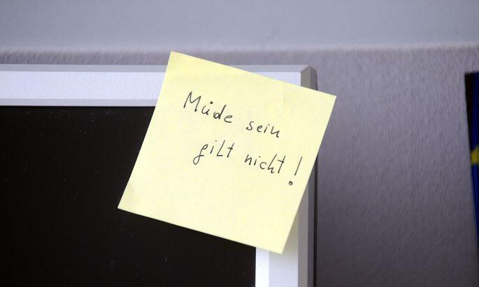 Alles Wichtige wird nun auf kleinen Zettelchen notiert, die sich wunderbar auf Bildschirm, Terminplaner, Geldtascherl picken lassen.