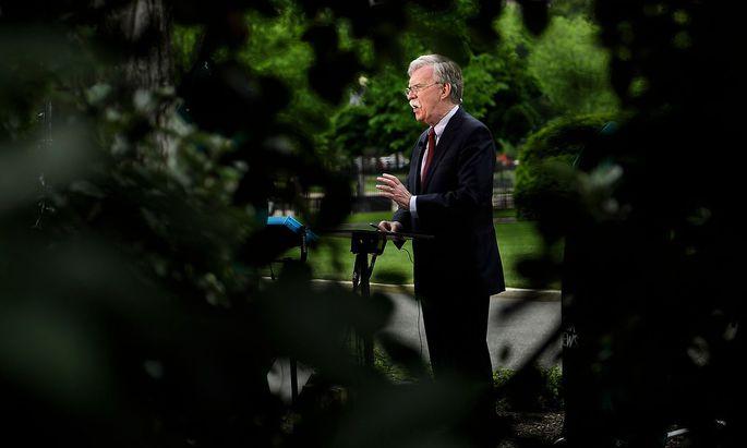 John Bolton gilt als außenpolitischer Hardliner. Seine Zeugenaussage könnte dem Impeachment gegen Trump eine Wende verschaffen.