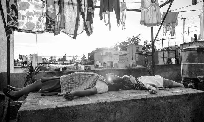 """Regisseur Alfonso Cuarón rekonstruiert in """"Roma"""" in bildschönem Schwarz-Weiß das Mexico City seiner Kindheit."""