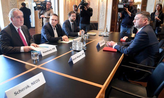FPÖ-Klubobmann Walter Rosenkranz, ÖVP-Klubobmann August Wöginger und der stellvertretende SPÖ-Klubchef Jörg Leichtfried beim Treffen zum Thema 'Sicherungshaft'.