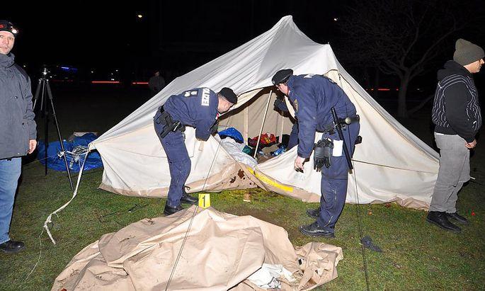 Die Polizei räumt das Camp im Votivpark.