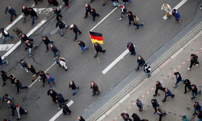 Bei den rechten Kundgebungen in Chemnitz, bei denen teils extreme Rechte bis Neonazis aufmarschiert sind, waren prominente Vertreter der österreichischen Rechten dabei.
