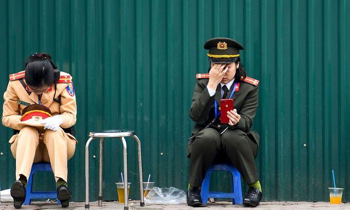 Zwei vietnamesische Polizistinnen. Die Star-Gäste verließen die Hauptstadt Hanoi früher als gedacht.