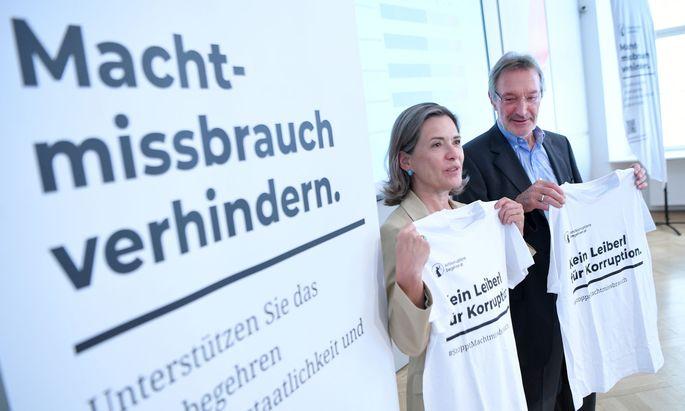 Gallup-Chefin Andrea Fronaschütz und Verfassungsjurist Heinz Mayer im Rahmen einer Pressekonferenz zum Antikorruptions-Volksbegehren