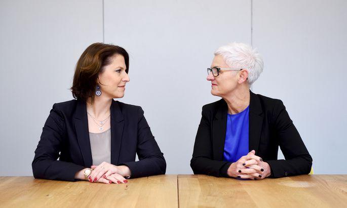 """Die Ziele sind ähnlich, ihre Wege dorthin weniger: Karoline Edtstadler (l.) und Maria Rösslhumer in der """"Presse""""-Redaktion."""