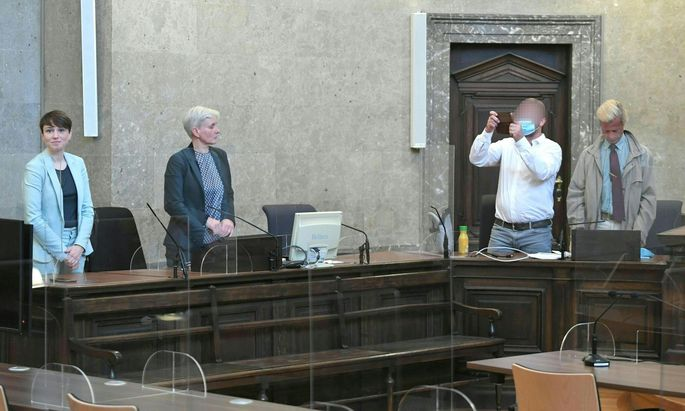 Sigrid Maurer (l.) kam mit Anwältin Maria Windhager zum Prozess. Privatankläger L., begleitet von Anwalt Adrian Eugen Hollaender (r.), machte Aufnahmen.