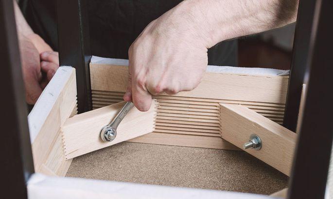 Man assembling furniture at home model released Symbolfoto PUBLICATIONxINxGERxSUIxAUTxHUNxONLY RAEF0