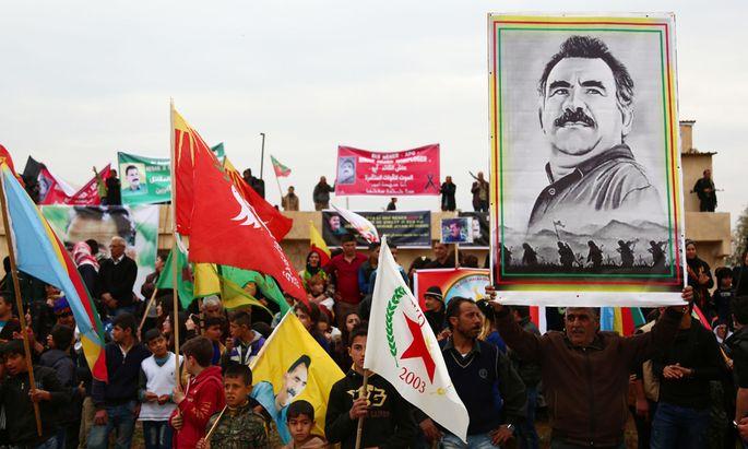 Ein kurdischer Demonstrant im syrischen Qamishli hält ein Porträt des inhaftierten Kurdenführers Abdullah Öcalan.