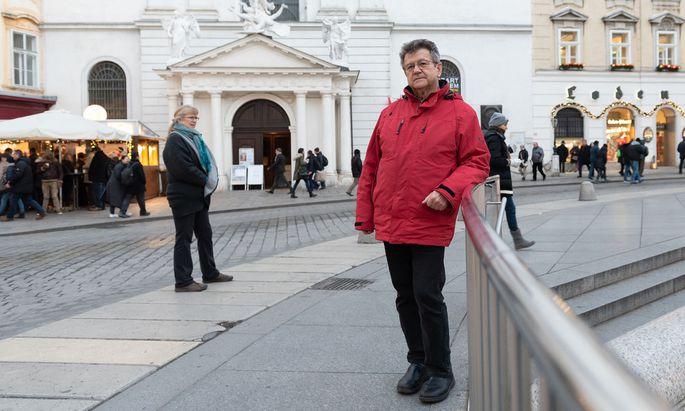 Pater Rauch von der Michaelerkirche macht sich für eine Umgestaltung des Michaelerplatzes stark. Vor seiner Kirche sammelt sich der Urin der Fiakerpferde.