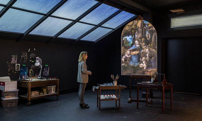 """Auf die Fenster der Restaurierwerkstatt prasselt Regen, auf die Leinwand projizierte Bilder. Eine Show der Firma """"59 Productions"""" für die National Gallery."""