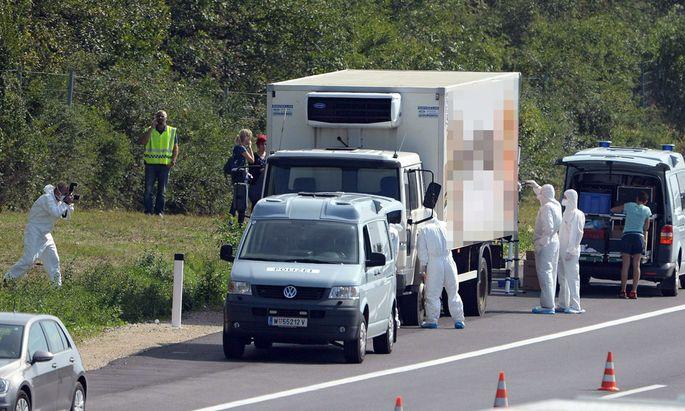 Ein Polizei dürfte das Foto der toten Flüchtlinge gemacht haben.