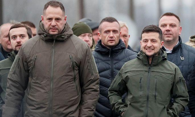 Der ukrainische Präsident Selenskij (re.) vertraut die Verhandlungen seinem Vertrauten Andrij Jermak (li.) an.