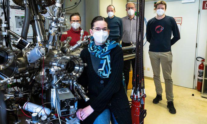 Oberflächenforscher mit Rasterkraftmikroskop: Ulrike Diebold, Margareta Wagner, Michael Schmid, Bernd Mayer, Martin Setvin.