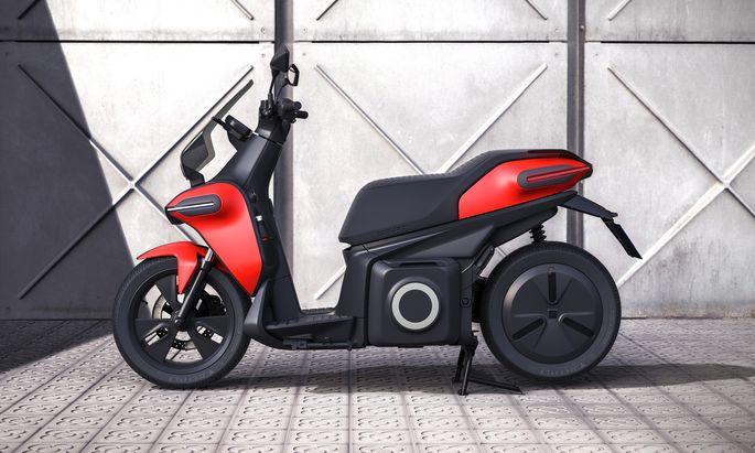 9,5 PS, 100 km/h schnell und der Akku zum Mitnehmen: Seats E-Roller kommt 2020.