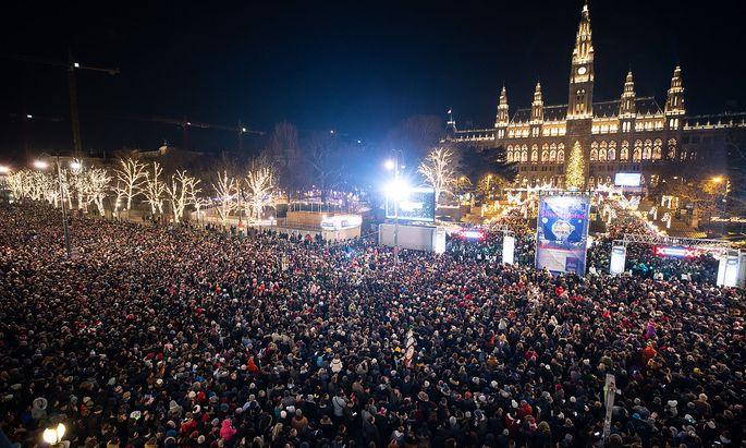 Im Getümmel der Silvesternacht soll ein 20-Jähriger am Wiener Rathausplatz Frauen begrapscht - und einen Schlag ins Gesicht kassiert haben.