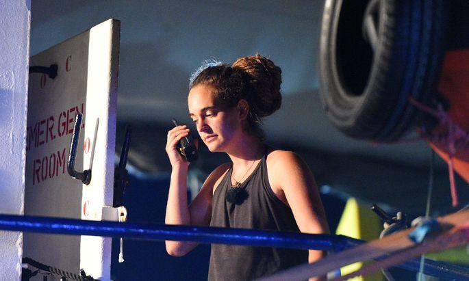 Kapitänin Carola Rackete an Bord ihrer Sea-Watch 3, kurz nach dem Einlaufen im Hafen von Lampedusa.