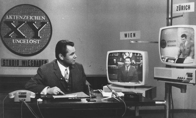 Eduard Zimmermann schaltet zu seinen Außenstellen in Wien und Zürich. Gibt es schon Fahndungserfolge? Bild von 1967.