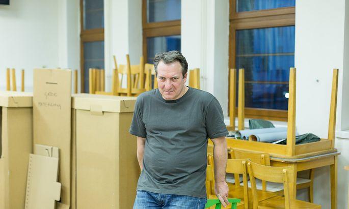 """""""Ich hab mein Genmaterial analysieren lassen"""", sagt Palfrader. Das Ergebnis inspirierte ihn zu seinem Kabarettprogramm """"Allein"""". Premiere ist am Mittwoch, den 17. Jänner, im Rabenhof-Theater."""