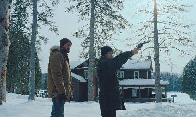 Der geschiedene Vater (Richard Armitage) nimmt gegen den Protest der Kinder seine neue Flamme Grace (Riley Keough) mit auf die Hütte.