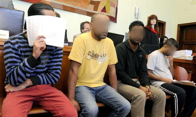 Schlepper, Anklage, Asyl
