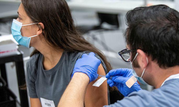 Wie viele Leben hätten gerettet werden können, fragt sich der kubanische Präsident, wenn man die weltweiten Militärausgaben stattdessen in die Herstellung und Verteilung von Impfstoffen investiert hätte?