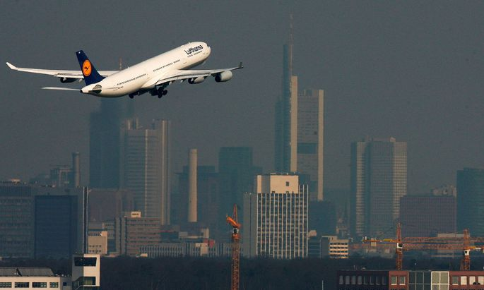 FILE PHOTO: A Lufthansa Airbus A340 takes off from Frankfurt airport