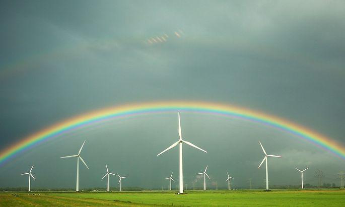 Regenbogen ueber Windraedern