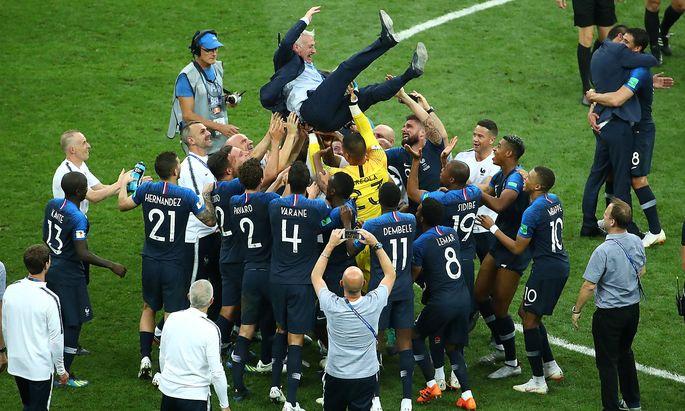 Das französische Team feiert Trainer Didier Deschamps.