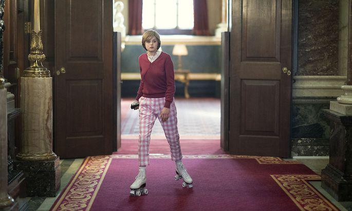 Auch Rollschuhe passen ihr: Lady Diana im Buckingham Palace, auf Charles wartend