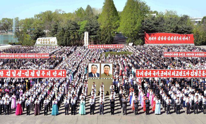 Nordkoreanische Feierlichkeiten zum Tag der Arbeit. Diktator Kim droht mit einem neuen Test von Kernwaffen und warnt die USA vor einem Atomkrieg. Das neue US-Raketenabwehrsystem in Südkorea spitzt die Krise weiter zu.