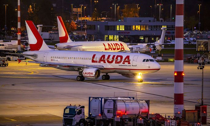 Flughafen D�sseldorf International, DUS, Laudamotion, Flieger auf dem Vorfeld, *** D�sseldorf International Airport, DUS