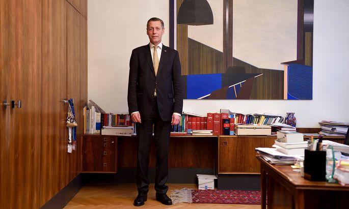 Christian Pilnacek in seinem Büro: Dass er auch Walter Rothensteiner und Josef Pröll empfing, sorgt für Aufregung.