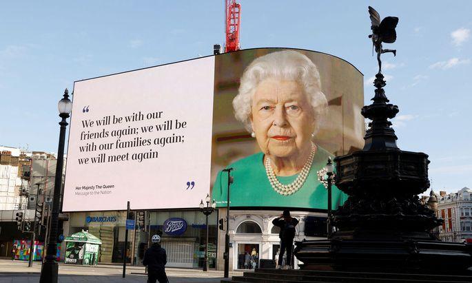 Eine Botschaft der Queen auf einem Bildschirm im Piccadilly Circus, April 2020.