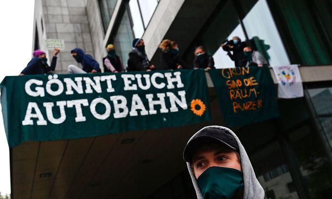 Die Gruppe Extinction Rebellion protestiert gegen Autobahn-Bau in Deutschland.