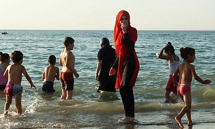 Burkini-Badevergnügen (?), hier in Algiers
