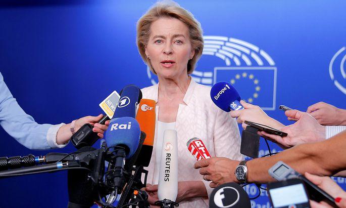 Ursula von der Leyen lässt sich in Brüssel von den Fraktionen befragen.