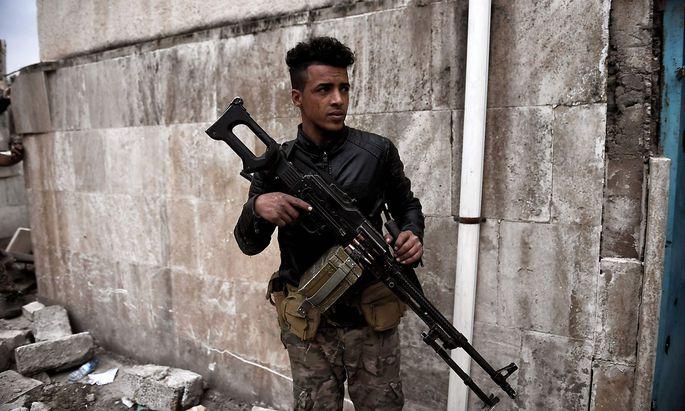 Ein Mitglied der irakischen Truppen in Mosul.