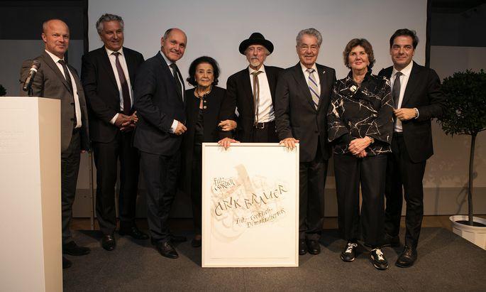 Arik Brauer und seine Frau Naomi (Mitte) im Kreise der Gratulanten im Jüdischen Museum.