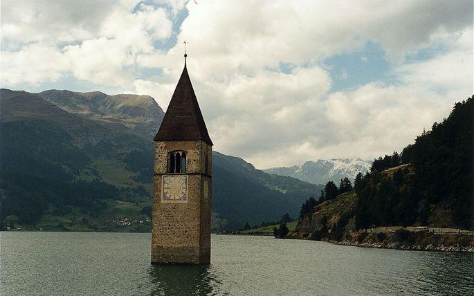 In aller Eile mussten die Dorfbewohner ihr Hab und Gut in Sicherheit bringen: der Reschensee im Vinschgau.