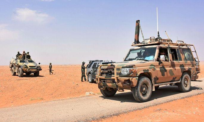 Syrische Regierungstruppen kämpfen sich zur vom IS belagerten Stadt Deir ez-Zor vor.