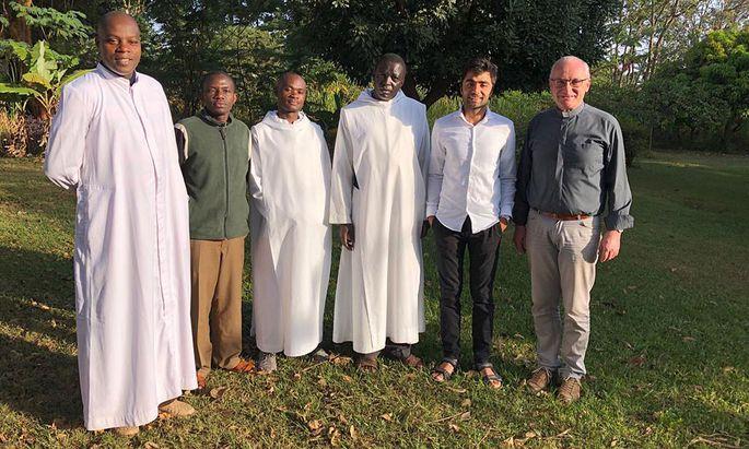 Die Mönche eines Benediktinerklosters in Nairobi haben Ali Wajid (2. v. r.) aufgenommen, Flüchtlingspfarrer Alois Dürlinger (r.) hat ihn bei seiner Reise begleitet.